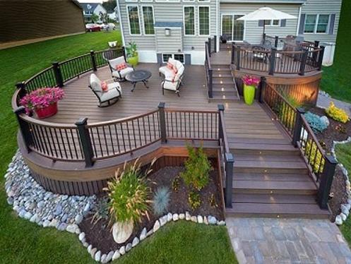 محوطه سازی حیاط - ترکیب چوب ترموود با گیاهان سبز - قرار دادن باربیکیو در گوشه ای از حیاط - استفاده از گلدان های دیواری - مبلمان - ترکیب سبزه و ماسه